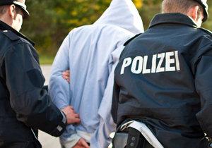 Policie na severu Německa v pondělí  zadržela čtyři Syřany, které podezřívá, že byli ve vlasti členy milic napojených na teroristickou organizaci al-Káida.