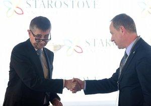 Na sjezd STAN dorazil i předseda ANO Andrej Babiš (na snímku s předsedou Starostů Petrem Gazdíkem).
