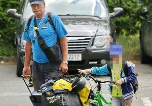 Pavel Nový se svým vnukem Vojtou vyrazil na kolo.