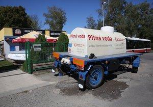 V ulicích na východním okraji Prahy postávají cisterny s pitnou vodou.