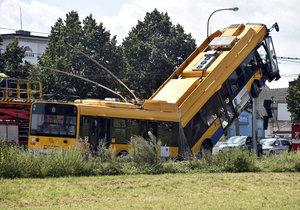 V Otrokovicích havaroval trolejbus, na místě je více zraněných