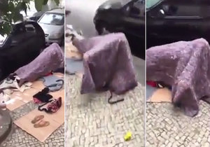 Pár bezdomovců si to rozdal pod dekou přímo na ulici.