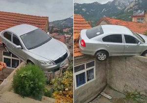 Číňan zaparkoval škodovku na střeše.
