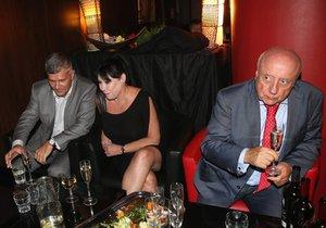Zatímco Dagmar Patrasová flirtovala, její manžel Felix se ostentativně nudil a ignoroval ji.