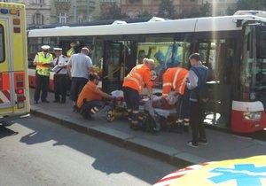 Na náměstí Bratří Synků srazil autobus dítě, další čtyři osoby při nehodě zranil.