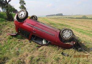 Osmnáctiletá řidička převrátila u Kouta na Šumavě auto na střechu.