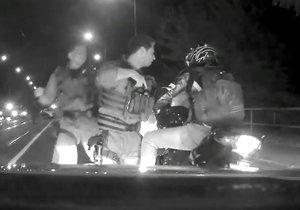 Honička skončila úspěšně. Motorkáře policisté chytili na Libeňském mostě.