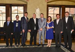 Kandidáti na post středočeského hejtmana. Zleva: Zdeněk Štefek (KSČM), František Kopřiva (Piráti), Martin Kupka (ODS), Miloš Petera (ČSSD), Vít Rakušan (STAN), Jaroslava Jermanová (ANO), Petr Tiso (TOP 09) a Josef Vacek (Spolu pro kraj).