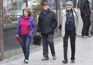 Milan Lasica s Emilií Vášáryovou a Milanem Kňažkem na procházce v Praze
