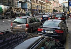 Po Praze jsou kolony. Na vině je hlavně počasí a blížící se svátky.
