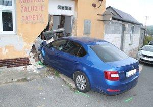 Až stěna a vrata domu zastavila jízdu řidiče (22) v Žádovicích na Hodonínsku. Zřejmě za volantem usnul.