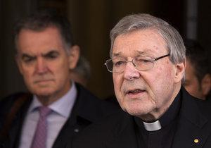Kardinál George Pell čelí obvinění, že v minulosti sexuálně napadl několik chlapců.