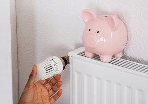 Pokud se snažíte ušetřit tím, že topení úplně vypínáte, neděláte dobře. Na příliš vychladlý byt je pak potřeba intenzivněji topit a spotřeba je větší.
