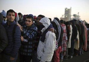V troskách Džungle nocovalo několik stovek migrantů.