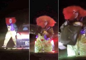 Šílený klaun na Kroměřížsku polil auto benzínem a chtěl ho podpálit.