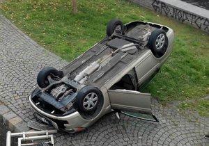 Řidička otočila auto na střechu.