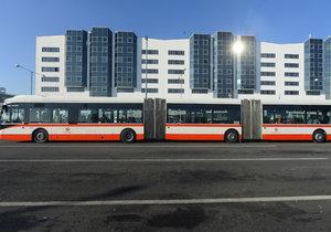 Ohromující délku bezmála 25 metrů a prostor pro 181 cestujících teď mohou Pražané i návštěvníci metropole testovat 4 měsíce. První zkušenosti jsou slibné.
