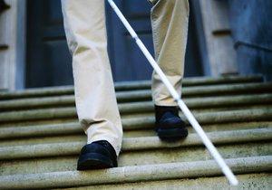 Hyenismus: Zloděj okradl nevidomého muže, který zakopl na schodech