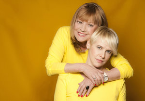 Jana Šulcová s dcerou Rozálií. Zatímco maminku filmaři v doma děsili, děti si to prý užívaly.