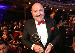 Michal David si odnesl cenu za nejoblíbenější písničku na rádiu Impuls. Jde o song Karla Gotta Země vstává.