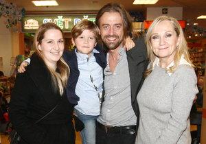 Bára Basiková se svou rodinou, chybí jen Maruška.