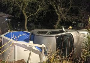 Nehoda v Horoměřicích: Auto rozbořilo bazén