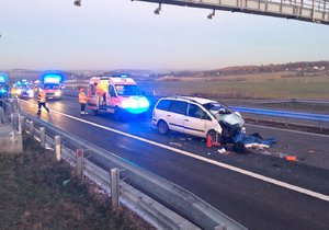 Těžká nehoda u Mníšku pod Brdy: Na místě zasahuje i vrtulník, silnici uzavřeli