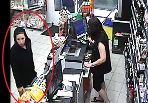 Tato slečna platí kartou, kterou někdo (možná přímo ona) ukradl ženě ležící v bezvědomí.
