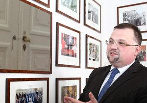 Šéf hradního protokolu Jindřich Forejt a fotografie jeho zapečetěné kanceláře (koláž)
