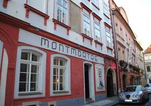 Dnes je v Řetězové ulici 7 kavárna, dříve tu tancovali falešní divoši. Podle nich se také dům jmenuje- U tří divých mužů.