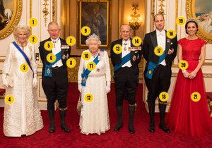 Takhle vymóděnou a ověšenou metály vidíte britskou královskou rodinu vůbec poprvé! U příležitosti diplomatické recepce se »Velká šestka« sešla pěkně dohromady na unikátní fotce i se všemi klenoty a řády.