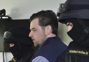 Okresní soud v Ostravě pokračoval 13. prosince v projednávání obžaloby Petra Kramného (uprostřed) z křivého obvinění.