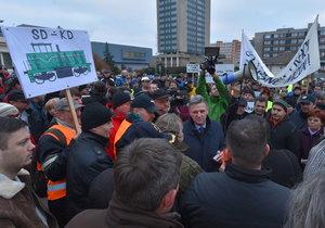 Před budovou Severočeských dolů demonstruje okolo 300 lidí.