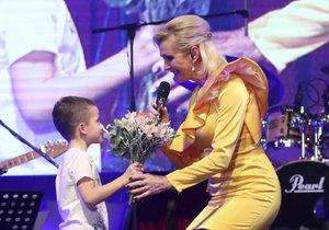 Helena Vondráčková se svým vnukem na koncertu