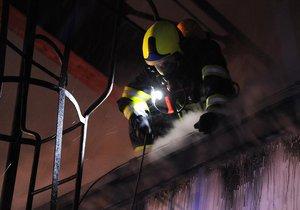 Na mostecku hoří výrobní hala: Hasiči evakuovali desítky lidí