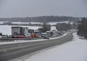 Dopravu na D10 zkomplikovaly dva kamiony. Jeden vyjel mimo silnici, druhý zastavil na dálnici provoz.