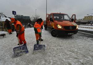 Méně zlomených nohou i promočených bot! Praha zdvojnásobí plochu chodníků, které uklidí od sněhu