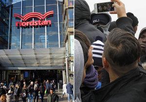 Gangy imigrantů terorizují nakupující i prodejce ve švédském obchodním centru.