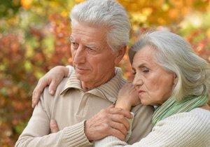 Češi se aktuálně v průměru dožívají 75 let, Češky pak 81 let.