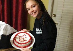Brooke s dortem, který jí matka upekla k oslavě první menstruace