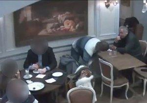 Drzí zloděj a jeho komplic ukradli muži z tašky v kavárně několik tisíc. Neviděli jste je?