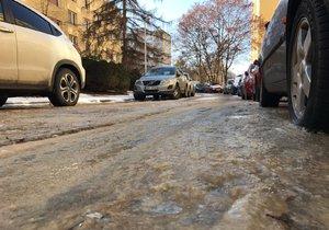 V Plickově ulici v Hájích praskla voda.