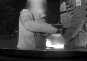 Šofér nabízel policistovi úplatek 1000 Kč.