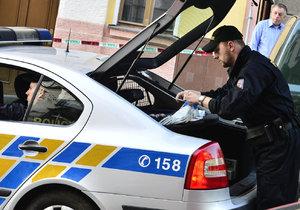 Policisté pátrají po řidiči, který srazil muže a neposkytl mu pomoc. (ilustrační foto)