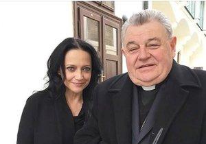 Zpěvačka Lucie Bílá se vyfotila s kardinálem Dominikem Dukou.