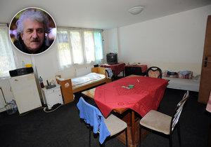 Architekt Jiří (v kroužku) přišel o práci a rodinu. Skončil na ubytovně. (ilustrační foto)