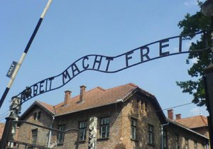 Známá brána tábora Osvětim I.