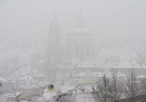 Takto vypadá Praha zahalená smogem.
