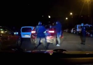 Řidič BMW ujížděl policistům: Měl zákaz řízení, na spolujezdce byl vydán zatykač