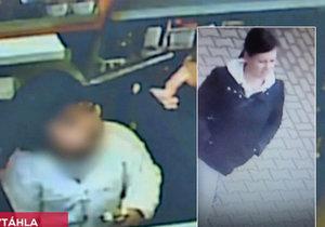 Lupička držela zbraň u hlavy malého dítěte.